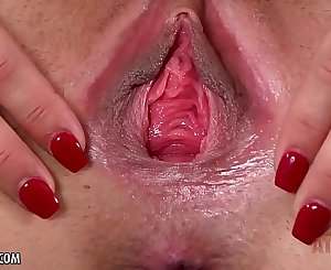 Sofie Reyez punctures her pussy until orgasm